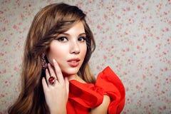 Portret van het meisje in een rode kleding Royalty-vrije Stock Foto