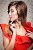 Portret van het meisje in een rode kleding Royalty-vrije Stock Afbeeldingen