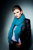 Portret van het meisje met een blauwe sjaal in studio Stock Afbeelding