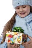 Portret van het meisje met een gift van Kerstmis. royalty-vrije stock afbeeldingen