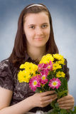Portret van het meisje met kleurenchrysant royalty-vrije stock fotografie