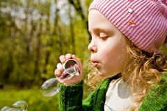 Portret van het meisje met zeepbels in bos Stock Afbeeldingen