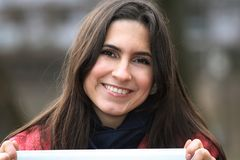 Portret van het meisje op de aard Royalty-vrije Stock Afbeelding