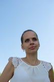 Portret van het meisje tegen de hemel Royalty-vrije Stock Fotografie