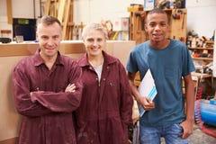 Portret van het Meubilairworkshop van Timmermanswith apprentices in royalty-vrije stock afbeeldingen