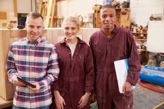 Portret van het Meubilairworkshop van Timmermanswith apprentices in stock foto