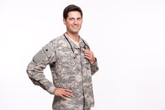 Portret van het militaire arts stellen met hand op heupen stock foto's