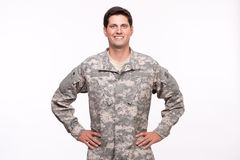 Portret van het militaire militair stellen met handen op heupen stock fotografie