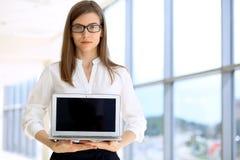 Portret van het moderne bedrijfsvrouw werken met laptop computer in het bureau, exemplaar ruimtegebied Royalty-vrije Stock Foto's