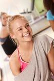 Portret van het mooie atletische meisje glimlachen stock foto's