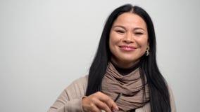 Portret van het mooie Aziatische vrouw glimlachen bij camera stock video