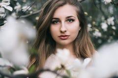 Portret van het mooie blonde jonge vrouw stellen in de lente het tot bloei komen ma Stock Afbeelding