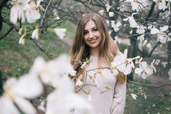 Portret van het mooie blonde jonge vrouw stellen in de lente het tot bloei komen ma Royalty-vrije Stock Afbeeldingen