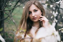 Portret van het mooie blonde jonge vrouw stellen in de lente het tot bloei komen ma Stock Afbeeldingen