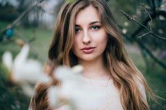 Portret van het mooie blonde jonge vrouw stellen in de lente het tot bloei komen ma Royalty-vrije Stock Foto