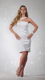 Portret van het mooie blonde meisje in wit Stock Fotografie