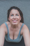 Portret van het mooie curvy meisje stellen in een stedelijke context stock foto