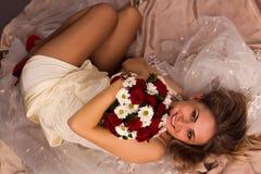 Portret van het mooie gelukkige bruid liggen royalty-vrije stock foto's