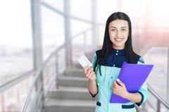 Portret van het mooie jonge arts glimlachen stock foto