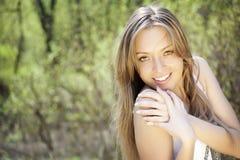 Portret van het mooie jonge dame glimlachen Stock Foto's