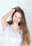 Portret van het mooie jonge donkerbruine glimlachen Stock Foto's