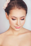 Portret van het mooie jonge meisje in een beeld van de bruid met ornament in haar Stock Afbeeldingen