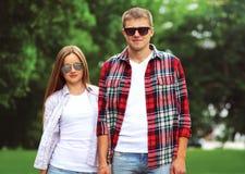 Portret van het mooie jonge paar dragen zonnebril stock afbeeldingen
