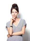 Portret van het mooie jonge vrouw denken royalty-vrije stock foto's