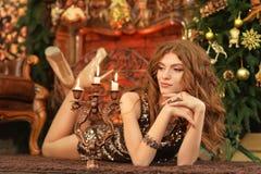 Portret van het mooie jonge vrouw liggen op vloer royalty-vrije stock afbeelding