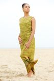 Portret van het mooie jonge vrouw stellen bij het strand Royalty-vrije Stock Fotografie
