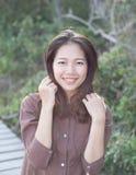 Portret van het mooie jonge vrouw toothy glimlachen met gelukkige gezicht en vreugdeemotie Royalty-vrije Stock Foto's