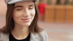 Portret van het Mooie Kaukasische donkerbruine vrouw lachen stock videobeelden