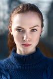 Portret van het mooie meisje in blauwe sweater Stock Foto's