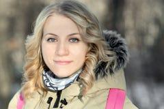Portret van het mooie meisje in openlucht Stock Foto