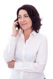 Portret van het mooie rijpe vrouw geïsoleerd spreken op telefoon Royalty-vrije Stock Foto's