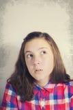 Portret van het mooie tiener omhoog denken en het kijken Stock Afbeeldingen