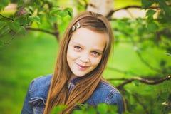 Portret van het mooie tienermeisje glimlachen Stock Afbeeldingen