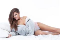 Portret van het mooie vrouw ontspannen op bed. Stock Afbeelding