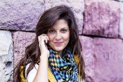 Portret van het mooie vrouw spreken op de telefoon openlucht Royalty-vrije Stock Foto's