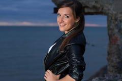 Portret van het mooie vrouw stellen op strand Stock Afbeeldingen