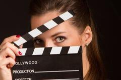 Portret van het mooie vrouw stellen in studio Stock Afbeelding