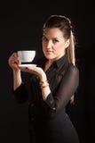 Portret van het mooie vrouw stellen in studio met kop van coffe Royalty-vrije Stock Foto