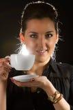 Portret van het mooie vrouw stellen in studio met kop van coffe Royalty-vrije Stock Foto's