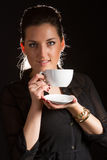 Portret van het mooie vrouw stellen in studio met kop van coffe Stock Afbeeldingen