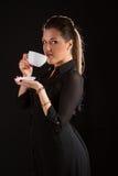 Portret van het mooie vrouw stellen in studio met kop van coffe Stock Fotografie