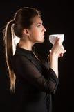 Portret van het mooie vrouw stellen in studio met kop van coffe Stock Afbeelding
