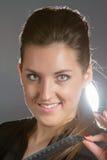 Portret van het mooie vrouw stellen in studio met sabel Stock Foto