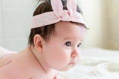 Portret van het mooie zoete pasgeboren zij-gezicht van het babymeisje Stock Foto's