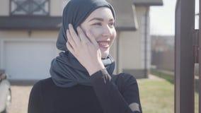 Portret van het onafhankelijke jonge moslim het bedrijfsvrouw kijken smilling zeker bij camera die traditionele headscarf dragen stock video