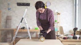 Portret van het professionele jonge timmermansvrouw werken met hout stock video
